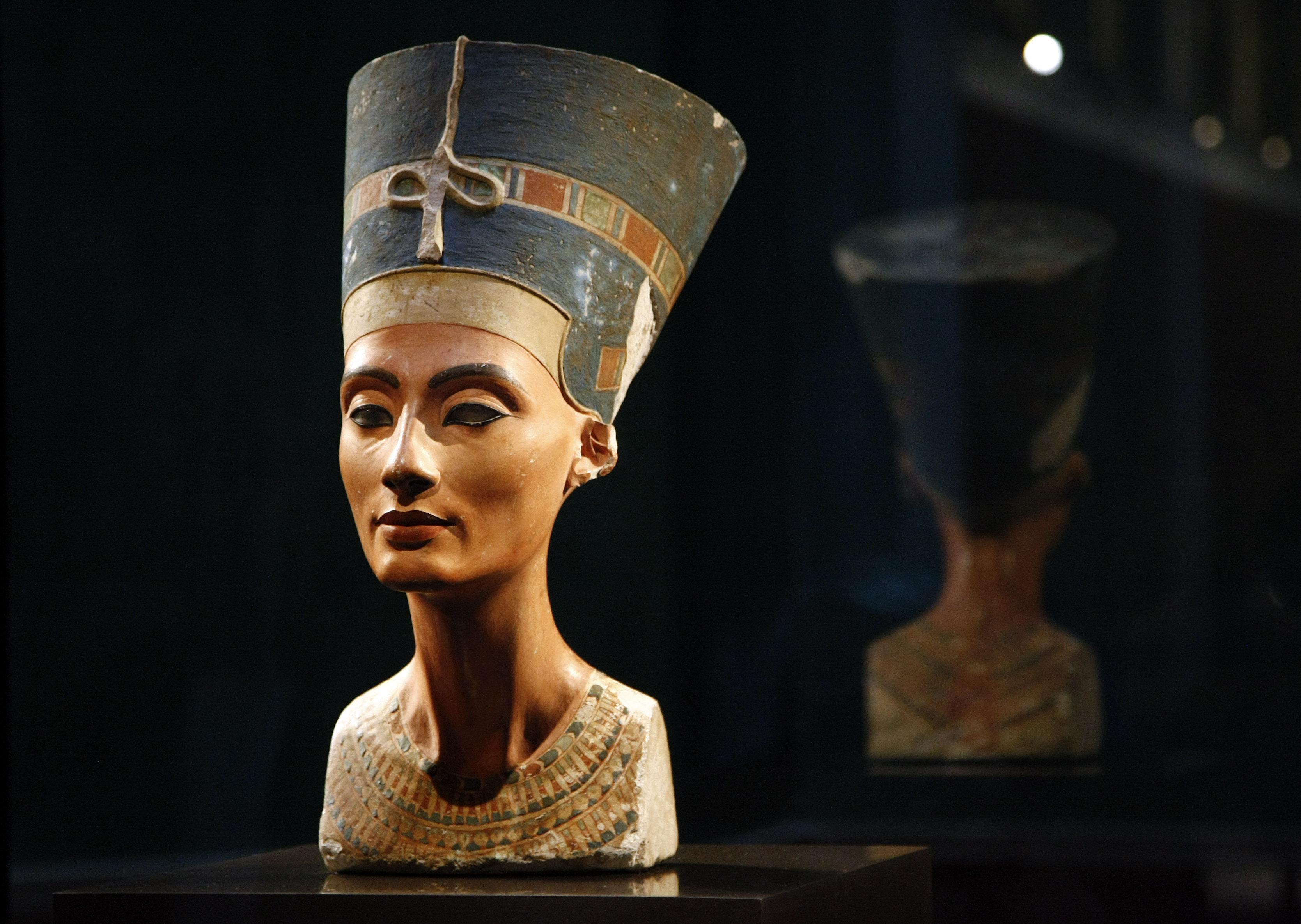 El busto de Nefertiti, exhibido en el Museo Neues de Berlín, Alemania. REUTERS/Fabrizio Bensch
