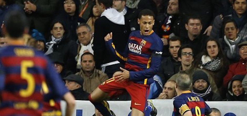 El jugador del Barcelona, Neymar, festeja un gol contra Real Madrid por la liga espaÒola el s·bado, 21 de noviembre de 2015, en Madrid. (AP Photo/Francisco Seco)