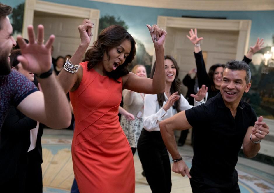 """La primera dama Michelle Obama baila al ritmo de """"Conga"""" de Gloria Estefan durante un evento de Broadway en la Casa Blanca para estudiantes de secundaria en programas de arte, el lunes 16 de noviembre del 2015 en Washington. (AP Foto/Carolyn Kaster)"""