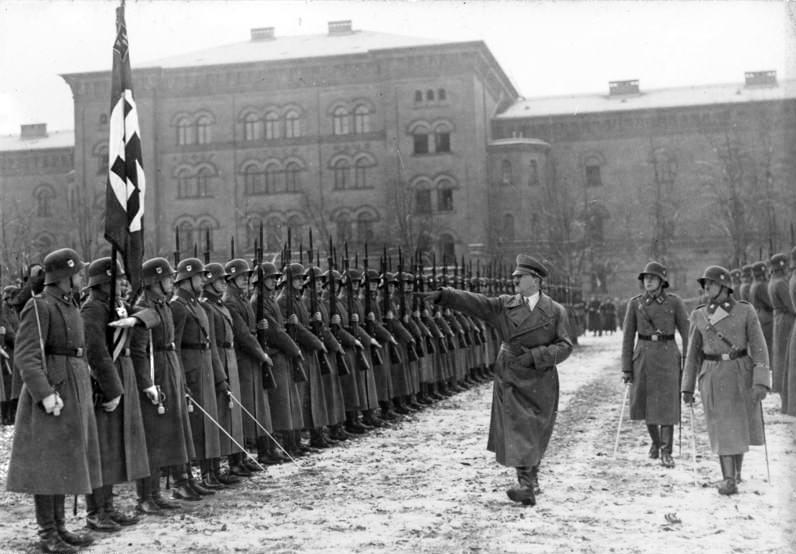 Adolf Hitler y la División Panzer en1935.
