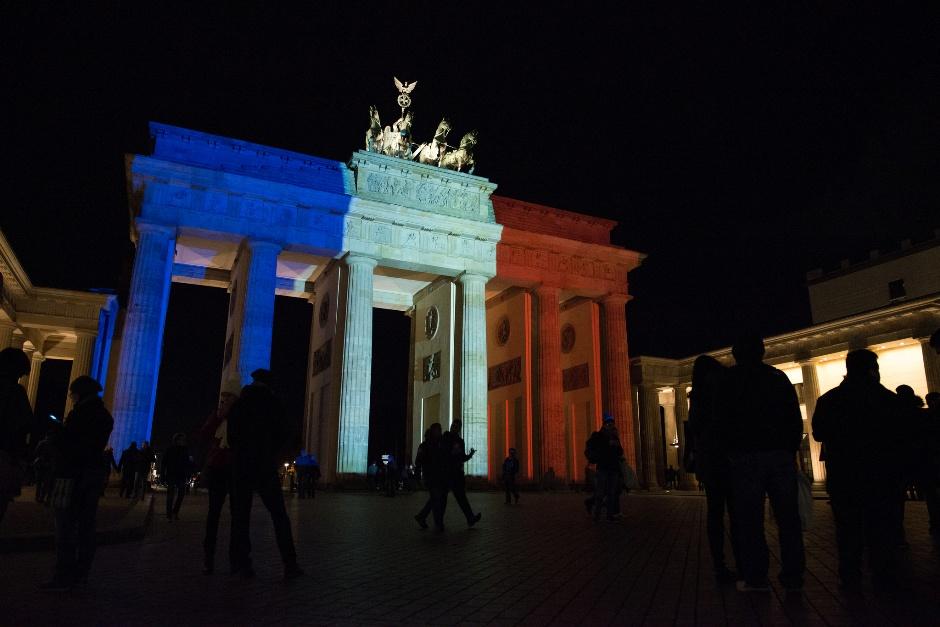 La Puerta de Brandenburgo, en Berlín, la noche del 14 de noviembre de 2015. Subido a Flickr por Sandro Schoroeder.