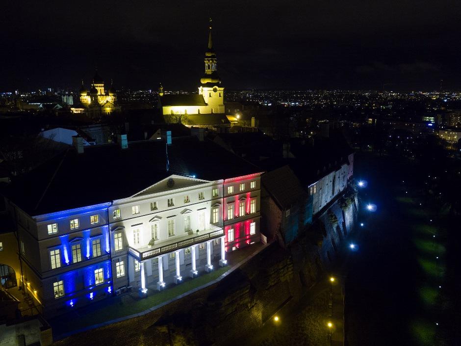 Stenbock House, la casa de gobierno de Estonia, la noche del 14 de noviembre de 2015. Subida a Flickr por la Cancillería de Estonia.
