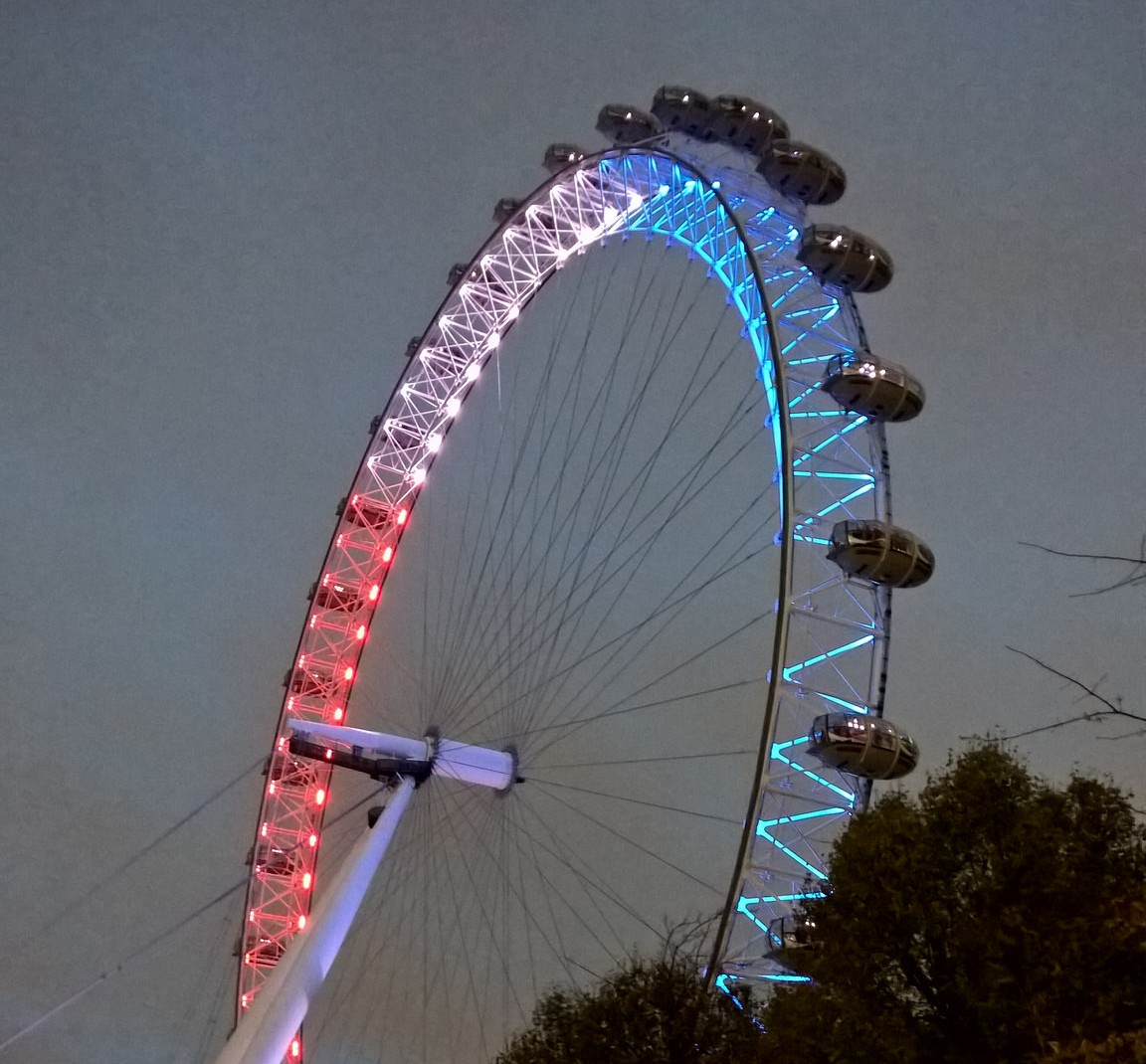 The London Eye, en Londres, la noche del 14 de noviembre de 2015. Subido a Flickr por Garry Knight.
