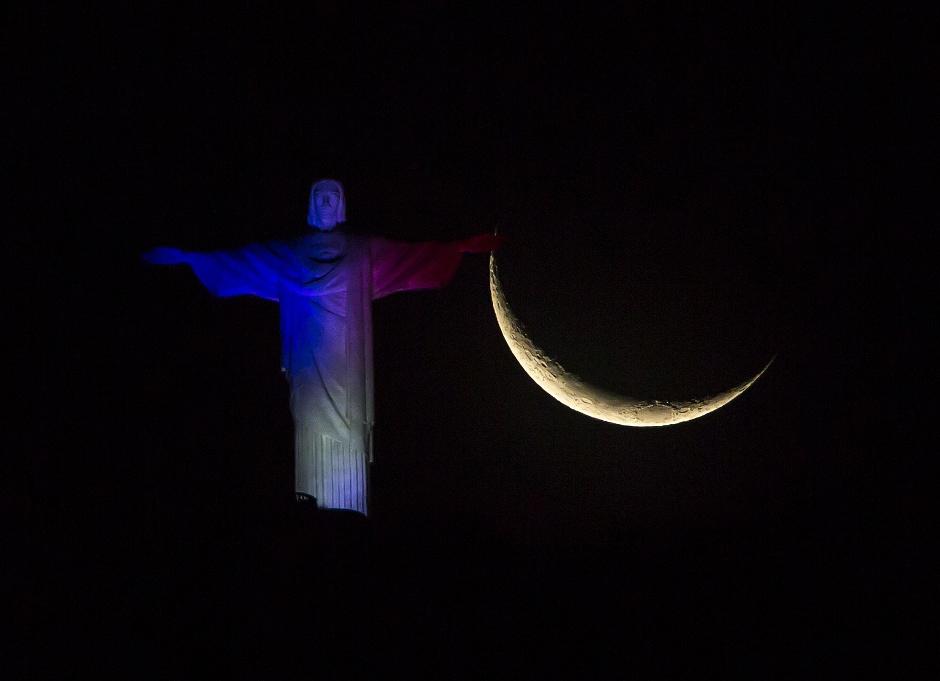 RÍO DE JANEIRO (BRASIL), 14/11/2015.- El Cristo Redentor en Río de Janeiro (Brasil) luce los colores de la bandera francesa hoy, 14 de noviembre de 2015, luego de los atentados terroristas registrados ayer 13 de noviembre de París donde perdieron la vida 127 personas y dos centenares resultaron heridos. EFE / Antonio Lacerda