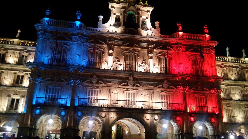 El ayuntamiento de Salamanca, en España, iluminado con la bandera de Francia, el 14 de noviembre de 2015. Subida a Flickr por Mario de Juan.