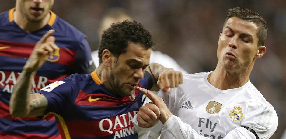 GRA223. MADRID, 02/11/2015.- El delantero portugués del Real Madrid, Cristiano Ronaldo (d), disputa el balón con el defensa brasileño del FC Barcelona Dani Alves (i), en el partido de la jornada 12º de liga de Primera División que les enfrenta en el Estadio Santiago Bernabéu. EFE/Javier Lizón