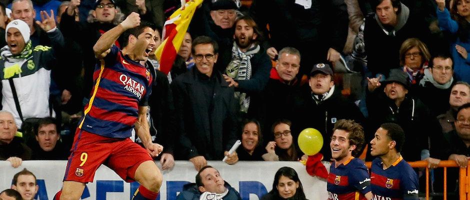 GRA236. MADRID, 21/11/2015.- El delantero uruguayo del FC Barcelona Luis Suárez (i) celebra la consecución del primer gol de su equipo ante el Real Madrid, en partido de liga de Primera División de la jornada 12º que les enfrenta en el Estadio Santiago Bernabéu. EFE/JuanJo Martin