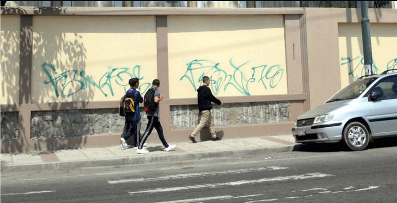 Marcas ilegilbles en las paredes del recién inaugurado Colegio Vicente Rocaguerte. Foto de Jorge Peñafiel, publicadas en el sitio de El Universo.