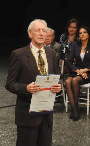 Christoph Baumann, durante el reconocimiento que recibió en la sesión solemne de Quito. Foto de su cuenta de Facebook.