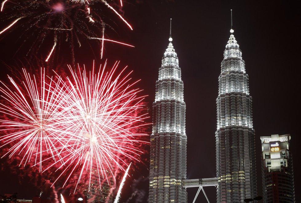 Fuegos artificiales en las torres Petronas en Malasia para celebrar el Año Nuevo. JOSHUA PAUL (AP)