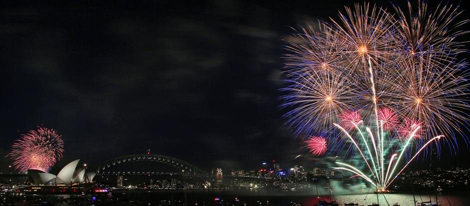 Fuegos artificiales sobre la Opera House y el Harbour Bridge durante el espectáculo pirotécnico de las 21:00 horas en Sydney, Australia, previo al inicio del año, el 31 de diciembre de 2015.(Foto AP/Rob Griffith)