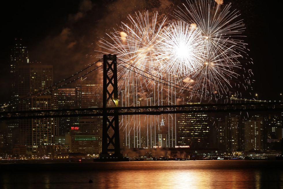 Fuegos artificiales en la bahía de San Francisco para celebrar el Año Nuevo. MARCIO JOSE SANCHEZ (AP)