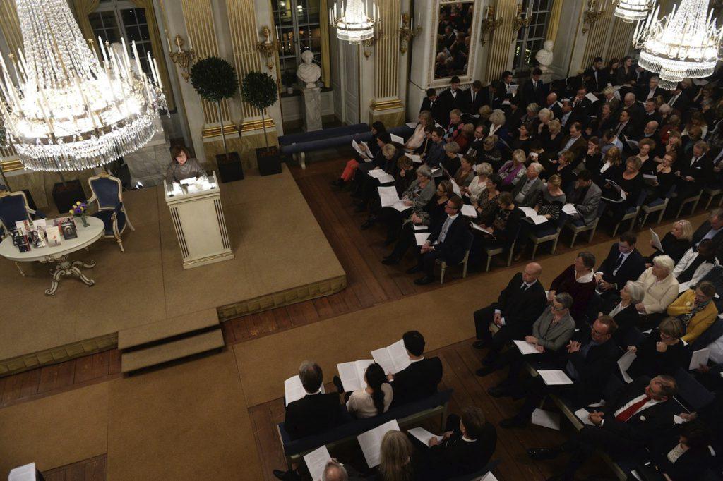 STO03 ESTOCOLMO (SUECIA) 07/12/2015.- La escritora y premio Nobel de Literatura, la bielorrusa Svetlana Alexiévich (i), interviene durante su conferencia en la Academia Sueca de Estocolmo, Suecia, hoy 7 de diciembre 2015. Los premios Nobel se entregarán el próximo 10 de diciembre en Estocolmo. EFE/Fredrik Sandberg/ PROHIBIDO SU USO EN SUECIA