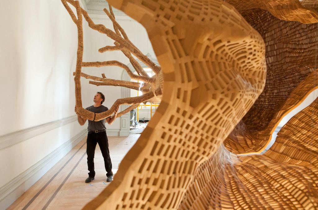 """WASHINGTON (DC, EE.UU.), 13/12/2015.- Fotografía cedida por la Renwick Gallery que muestra la obra """"Middle Fork"""", de John Grade, que construye un árbol gigante a partir de un molde real, con cientos de miles de piezas de madera. Atravesar el arco iris, pasear por un bosque encantado o simplemente dejarse envolver por luces y formas es el tipo de experiencia que el visitante se llevará de """"Wonder"""" (""""Maravilla""""), la exposición inaugural de la recién renovada Galería Renwick de Washington, conocida como el """"Louvre de América"""". EFE/Cortesía Renwick Gallery/SOLO USO EDITORIAL/NO VENTAS"""