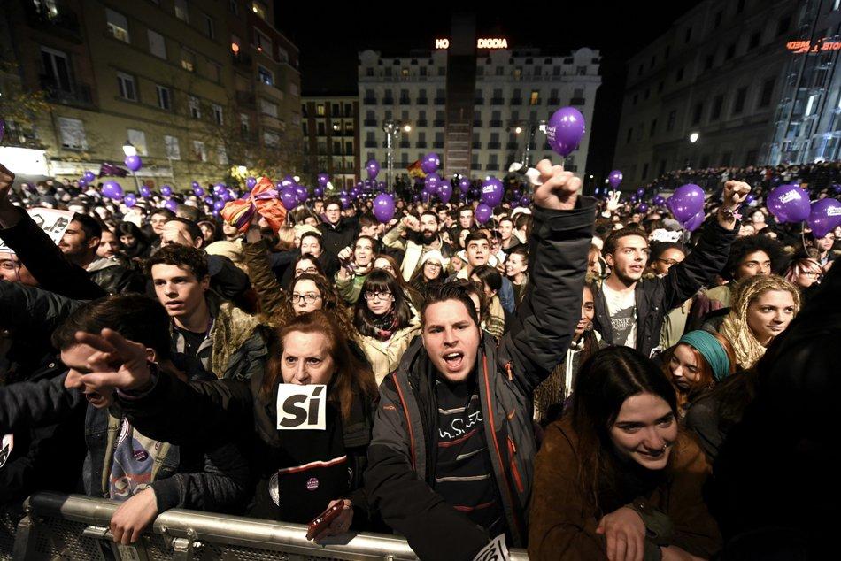 Simpatizantes de Podemos muestran su alegría tras conocerse los primeros datos del escrutinio de las elecciones generales, en la Plaza del Reina Sofía, en Madrid. EFE/Fernando Villar