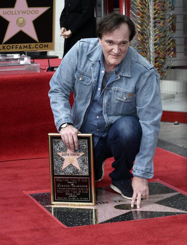 HOLLYWOOD (EE.UU.), 21/12/2015.- El escritor y director estadounidense Quentin Tarantino posa junto a su estrella hoy, lunes 21 de diciembre de 2015, durante una ceremonia en el Paseo de la Fama, en Hollywood (CA, EE.UU.). Tarantino recibió la estrella número 2.569 en la categoría de Motion Pictures. EFE/PAUL BUCK