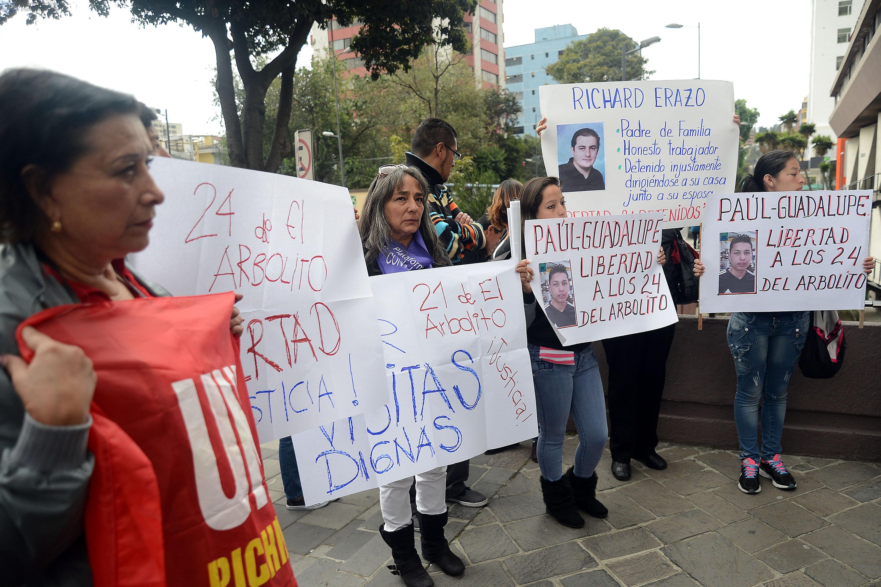 ECUADOR, Quito (08-12-2015). Plantonera a las afeuras del ministerio de justicia de los familiares de los detenidos en las protestas pasadas del 3 de diciembre del 2015. FOTOS API.