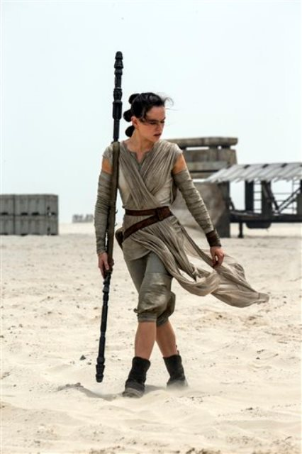 """En esta imagen proporcionada por Disney/Lucasfilm, Daisy Ridley como Rey en una escena de """"Star Wars: El despertar de la fuerza"""". La cinta, dirigida por J.J. Abrams, se estrena en EE.UU. el 18 de diciembre del 2015. (David James/Disney/Lucasfilm vía AP)"""