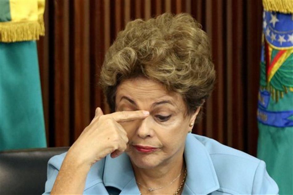 La presidenta de Brasil Dilma Rousseff toma su rostro durante una reunión con gobernadores en relación con la actual situación del juicio político abierto en su contra sobre el cual se refirió en el palacio presidencial de Planalto en Brasilia, Brasiil, el martes 8 de diciembre de 2015. Rousseff intenta construir una base fuerte en la cámara de diputados que rechace el proceso de juicio político que fue abierto la semana pasada y se comenzará a estudiar en los próximos días. (AP Photo/Eraldo Peres)