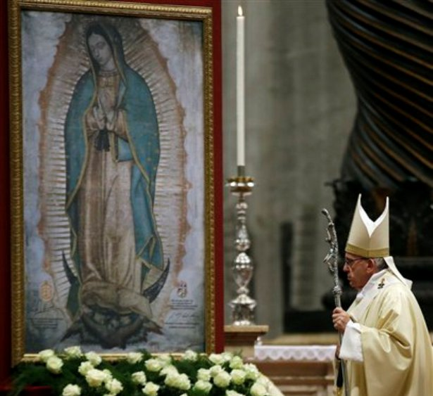 El papa Francisco celebra misa en San Pedro el sábado 12 de diciembre de 2015 por la noche , en la festividad de la Virgen de Guadalupe, patrona de México. Francisco visitará el país latinoammericano del 12 al 18 de febrero. (AP Foto/Gregorio Borgia)