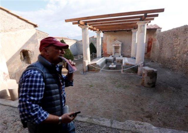 Un turista camina en la Casa dell'Efebo, uno de los seis sitios restaurados y abiertos al público en Pompeya, Italia, el jueves 24 de diciembre del 2015. (AP Foto/Riccardo De Luca)