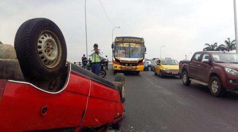 Accidente de tránsito en la Puntilla, en Guayaquil, el 31 de diciembre de 2015. Foto tuiteada por la cuenta FireNews24.