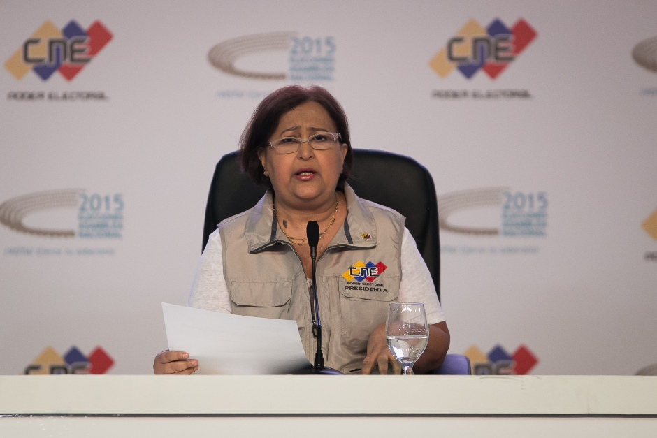 La rectora principal del Consejo Nacional Electoral (CNE), Tibisay Lucena, anuncia hoy, domingo 6 de diciembre de 2015, los resultados de las elecciones parlamentarias en Caracas (Venezuela). EFE/Fabiola Ferrero