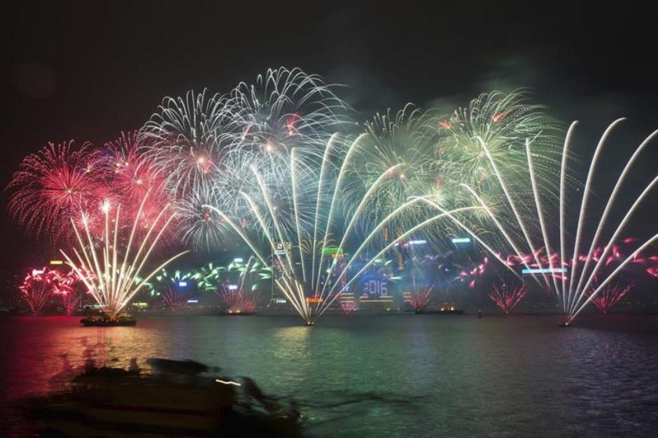 HONG KONG (CHINA), 01/01/2015.- Vista del espectáculo pirotécnico en la bahía Victoria de de Hong Kong, China, el 1 de enero de 2016. EFE/JEROME FAVRE.
