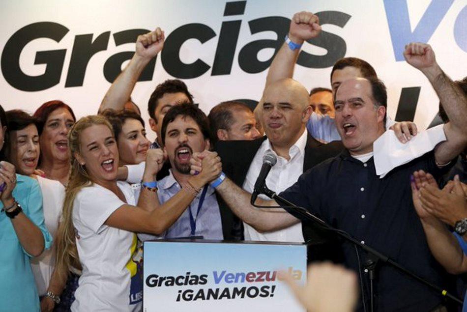 Lilian Tintori (i), esposa del líder opositor venezolano encarcelado Leopoldo López, durante una rueda de prensa de la coalición opositora Mesa de la Unidad Democratica (MUD) en Caracas (Venezuela) el lunes 7 de Diciembre de 2015. La MUD aseguró hoy que ha conseguido 112 diputados en la Asamblea Nacional (AN) de Venezuela, con lo que alcanza los dos tercios de la Cámara, y que aún quedan por contabilizar cuatro escaños. EFE/MANAURE QUINTERO