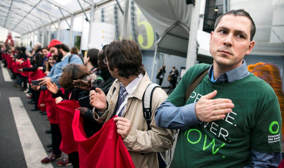 Decenas de personas se manifiestan para reclamar medidas de acción contra el cambio climático, en el marco de la celebración de la Conferencia sobre el Cambio Climático COP21 celebrada en París, Francia, hoy, 11 de diciembre de 2015. EFE/Jose Rodriguez