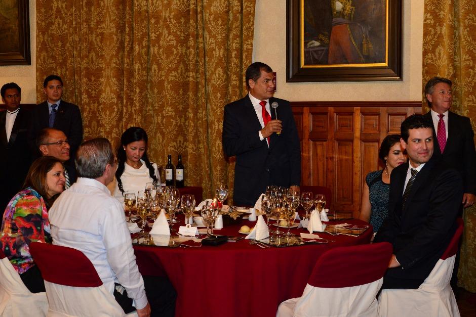Quito, Palacio de Carondelet, 23 de diciembre 2015.- El Presidente de la República, Rafael Correa, compartió la cena navideña con su gabinete ministerial en el salón de banquetes Foto: Giovanni Granja- MM / Presidencia de la República