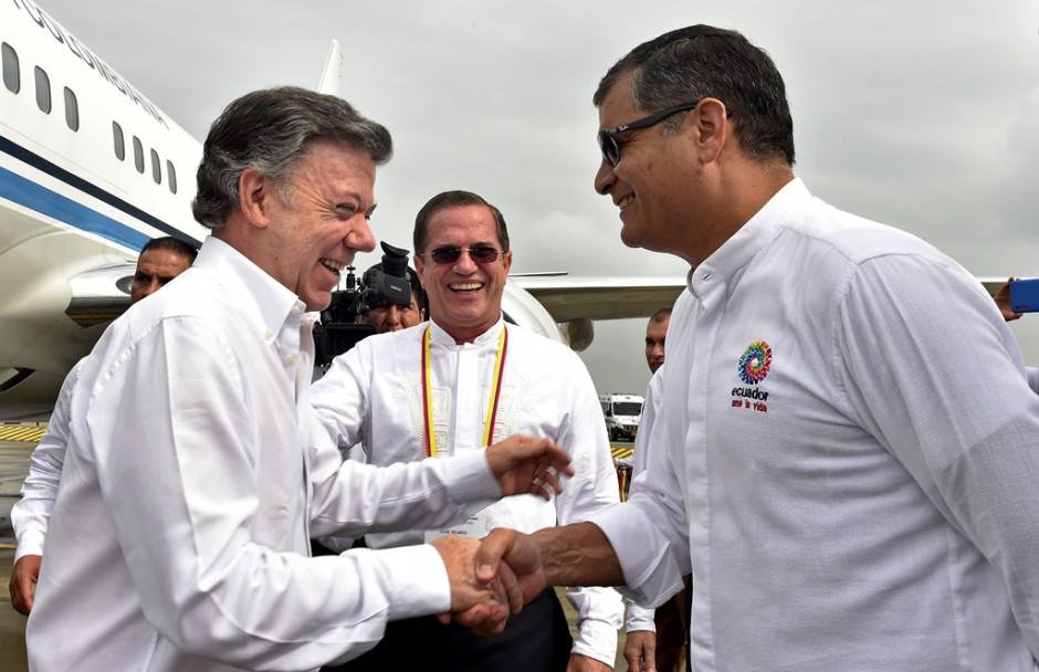El presidente de Ecuador, Rafael Correa (d), saluda a su par de Colombia, Juan Manuel Santos (i), a su llegada a la reunión del cuarto Gabinete Binacional el martes 15 de diciembre de 2015, en el Centro de Eventos Valle del Pacífico de Cali (Colombia). EFE/CESAR CARRIÓN - SIG/PRESIDENCIA DE COLOMBIA