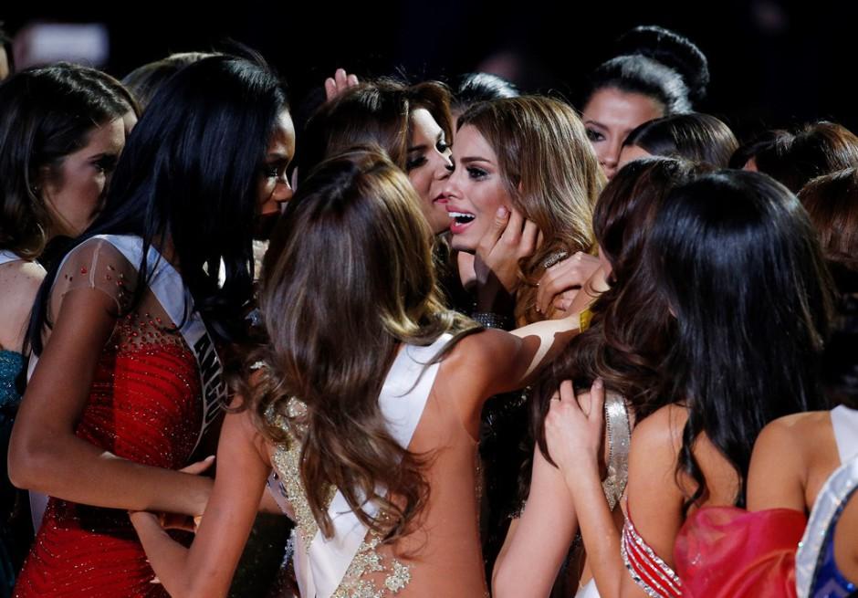 Miss Colombia Ariadna Gutiérrez, centro, es consolada por otras concursantes después de haber sido anunciada por error ganadora de Miss Universo 2015 el domingo 20 de diciembre de 2015 en Las Vegas. Miss Filipinas Pia Alonzo Wurtzbach fue la ganadora de Miss Universo. (Foto AP/John Locher)