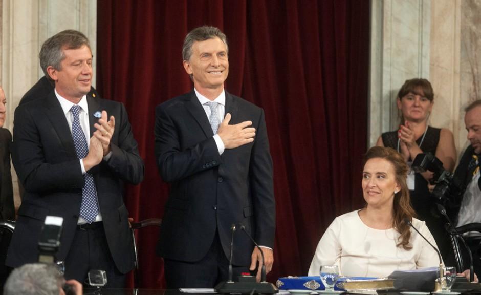 El presidente electo argentino, Muricio Macri (c), con la mano en el pecho el jueves 10 de diciembre de 2015, durante su ceremonia de investidura en el Congreso, en Buenos Aires (Argentina). EFE/Juan Ignacio Roncoroni