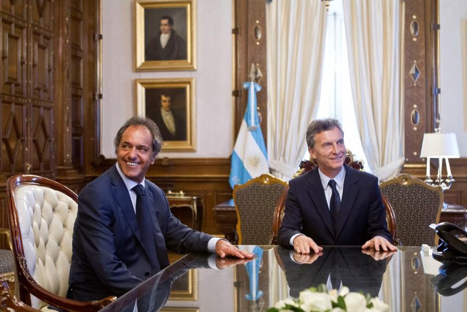 El presidente de Argentina Mauricio Macri (d) habla con su rival en la carrera presidencial el peronista Daniel Scioli (i) el viernes 11 de diciembre de 2015, en su primera reunión con dirigentes de la oposición, en la Casa Rosada en Buenos Aires (Argentina). EFE/Silvina Frydlewsky