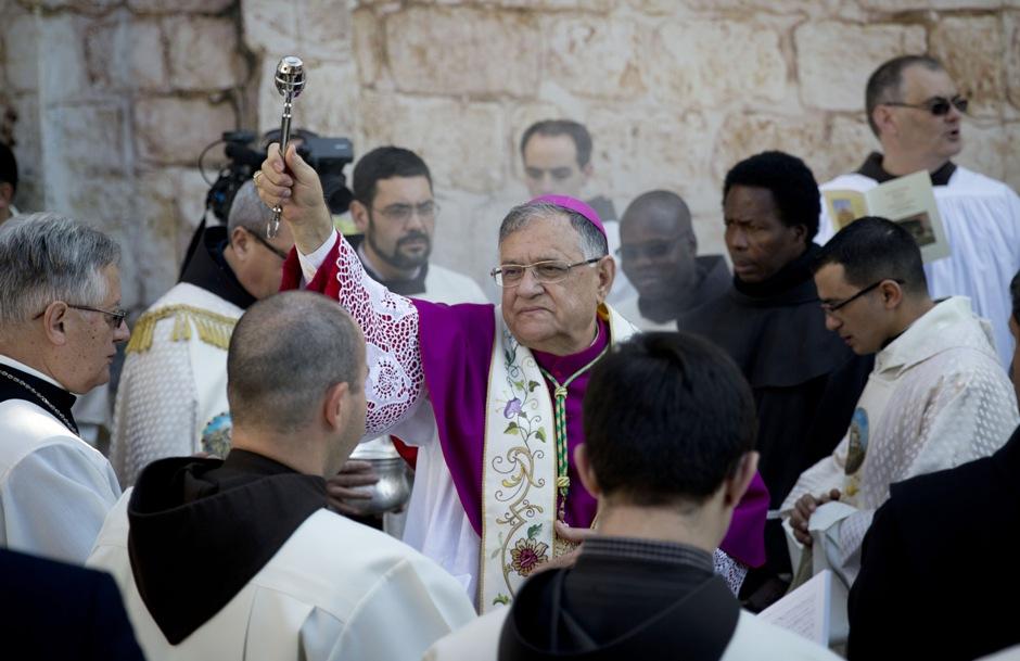 El patriarca latino Fouad Twal, centro, llega a la Iglesia de la Natividad, erigida sobre el lugar donde los cristianos creen que nació Jesús, en Nochebuena en Belén, Cisjordania, jueves 24 de diciembre de 2015. (AP Foto/Majdi Mohammed)