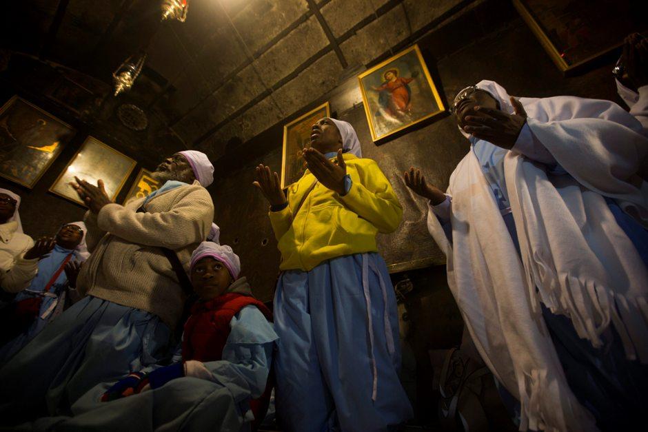 Peregrinas nigerianas rezan arrodilladas ante la gruta en la que nació Jesús según la tradición cristiana, dentro de la Iglesia de la Natividad en la ciudad palestina de Belén, Cisjordania, hoy, 24 de diciembre de 2015. EFE/Atef Safadi