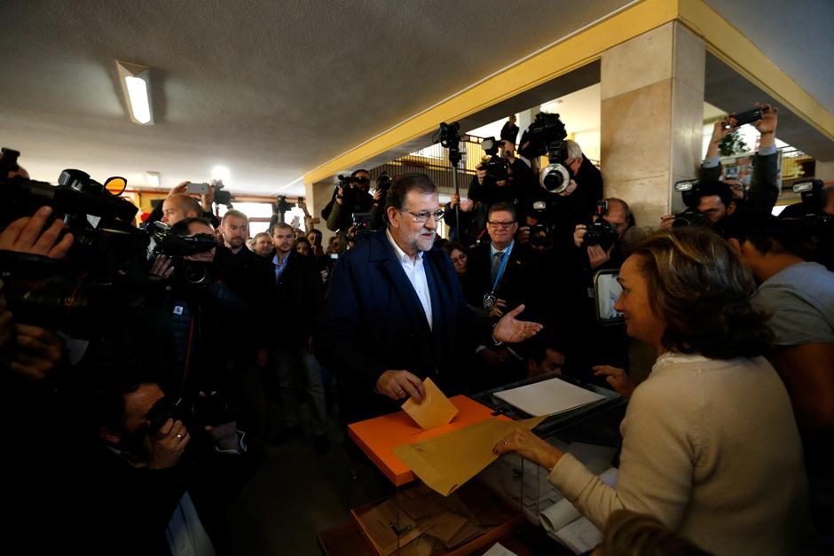 Mariano Rajoy, líder del Partido Popular y jefe de gobierno español, deposita su voto en una urna durante las elecciones generales en Madrid, el domingo 20 de diciembre de 2015. (Foto AP/Daniel Ochoa de Olza)