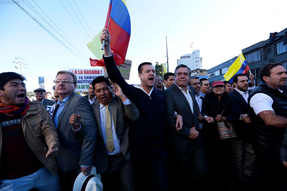 En las afueras de la Asamblea Nacional, legisladores de oposición protestan contra la aprobación de las enmiendas, el 3 de diciembre de 2015. API/Juan Cevallos