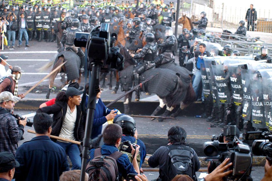 Policía reprime a manifestantes contra las enmiendas, en Quito, el 3 de diciembre de 2015. FOTO API/FREDY VILLACIS