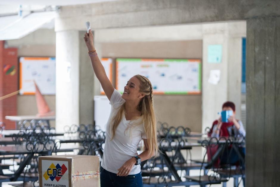 La esposa del dirigente político opositor venezolano Leopoldo López, Lilian Tintori, muestra su voto antes de depositarlo en la urna hoy, domingo 6 de diciembre de 2015, en la ciudad de Caracas (Venezuela). Los colegios electorales de Venezuela abrieron hoy poco después del amanecer para que casi 19,5 millones de ciudadanos convocados voten para renovar la unicameral Asamblea Nacional (AN, Parlamento) de 167 escaños. EFE/MANAURE QUINTERO