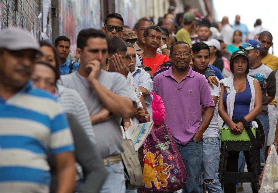 Venezolanos esperan para depositar su voto durante los comicios legislativos. Caracas, domingo 06 de diciembre de 2015. (AP foto/Ariana Cubillos)