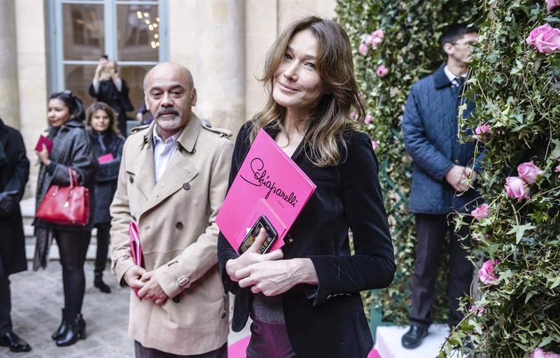 El diseñador francés Christian Louboutin (i), y la exmodelo y cantante italiana Carla Bruni, antes de la presentación de la colección Primavera/Verano 2016 del diseñador galo Bertrand Guyon para Schiaparelli durante la Semana de la Moda de Alta Costura de París, hoy, 25 de enero de 2016. EFE