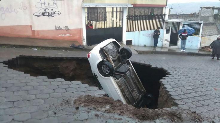 Fotografía difundida por el diario El Telégrafo, de un socavón en el barrio Chilibulo, en Quito, la mañana del 25 de enero de 2015.