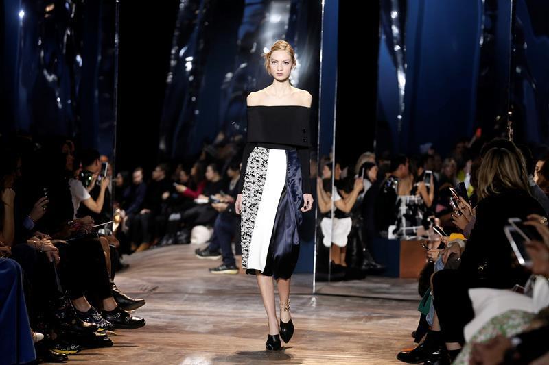 Una modelo luce una creación de la coleccion Primavera/Verano 2016 de la firma Dior durante la Semana de la Moda de Alta Costura de París, Francia, hoy 25 de enero de 2016. EFE/Etienne Laurent