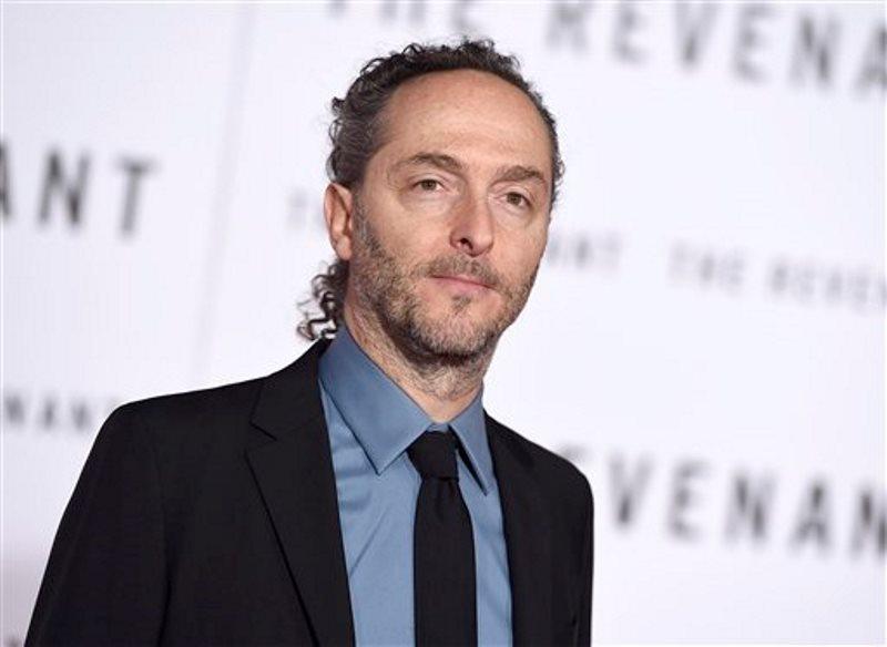 """ARCHIVO - Emmanuel Lubezki llega al estreno mundial de """"The Revenant"""" en Los Angeles en una fotografía de archivo del 16 de diciembre de 2015. Lubezki fue nominado al Oscar a la mejor cinematografía por su trabajo en """"The Revenant"""" el jueves 14 de enero de 2016. La 88a entrega de los Premios de la Academia se realizará el 28 de febrero en el Teatro Dolby en Los Angeles. (Foto Jordan Strauss/Invision/AP, archivo)"""