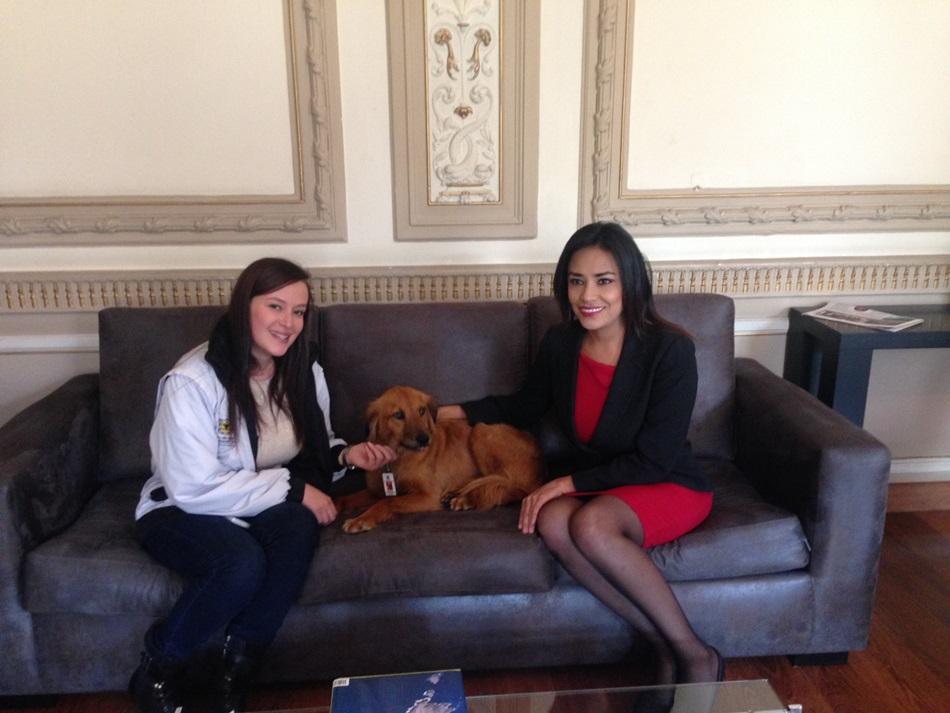 Jeannine Cruz Vaca (derecha)