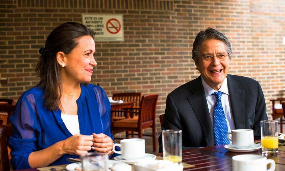 La dirigente de la oposición venezolana, María Corina Machado, y el líder de CREO, Guillermo Lasso, el 26 de enero de 2016. en Caracas. Foto de LaRepública.