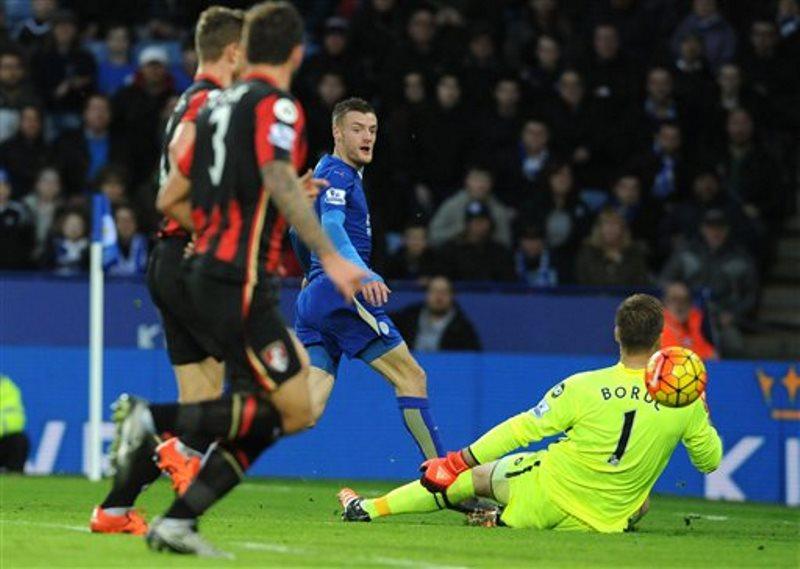 El delantero del Leicester, Jamie Vardy, centro, supera al portero del Bournemouth, Artur Boruc, derecha, pero no consigue anotar durante el partido de la Liga Premier inglesa en el estadio King Power en Leicester, Inglaterra, el sábado 2 de enero de 2016. (Foto AP/Rui Vieira)