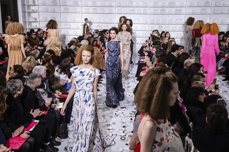 25/01/2016.- Modelos presentan creaciones de la colección Primavera/Verano 2016 del diseñador galo Bertrand Guyon para Schiaparelli, durante la Semana de la Moda de Alta Costura de París, hoy, 25 de enero de 2016. EFE/CHRISTOPHE PETIT TESSON